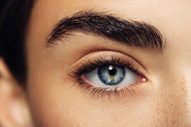 Όλα τα tips που χρειάζεσαι για να πετύχεις τις τέλεια γυριστές βλεφαρίδες που ζηλεύεις στα beauty tutorials