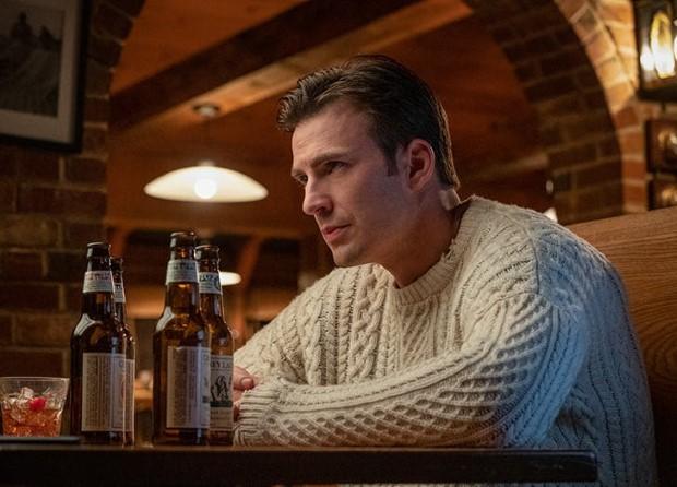 Όλοι έχουν πάθει εμμονή με το πουλόβερ του Chris Evans στο Knives Out