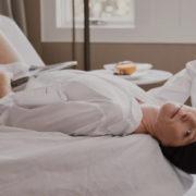 Ύπνος σε bonnet για υγιή και λαμπερά μαλλιά