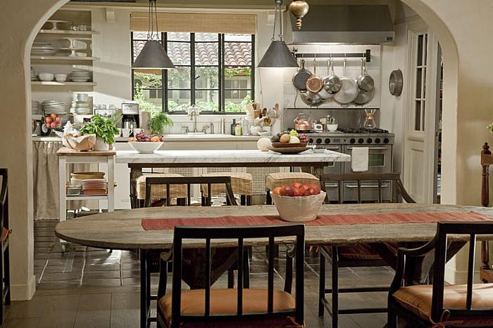 Αν ζηλεύουμε κάτι από τις ταινίες της Nancy Meyers, αυτό είναι οι κουζίνες