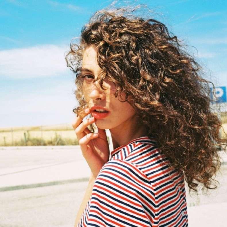 Αποφάσισες να αφήσεις τα μαλλιά σου φυσικά; Υπάρχουν 7 όροι που πρέπει να προσθέσεις στο λεξιλόγιο σου
