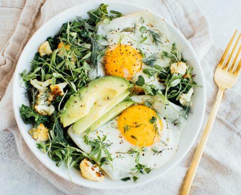 Αυγά και λαχανικά σε μπολ για πρωινό