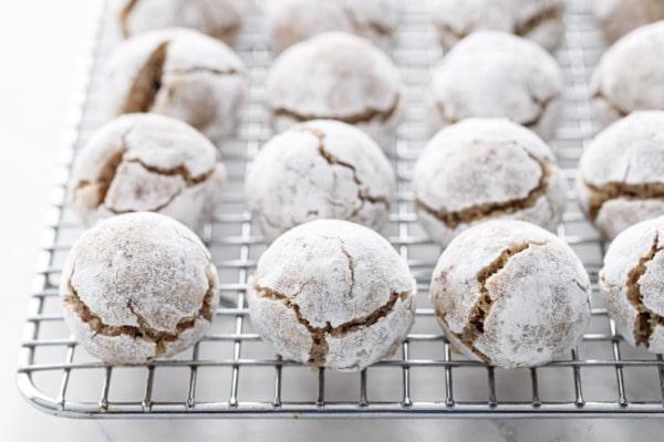 Γεμιστά μπισκότα φουντουκιού με σοκολάτα και άρωμα αμυγδάλουΓεμιστά μπισκότα φουντουκιού με σοκολάτα και άρωμα αμυγδάλου