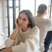 Γιατί αισθάνεσαι μόνη στη σχέση σου και τι μπορείς να κάνεις γι'αυτό;