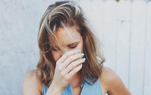 Για να αντιμετωπίσεις τα λιπαρά μαλλιά πρέπει πρώτα να βρεις τι τα προκαλεί