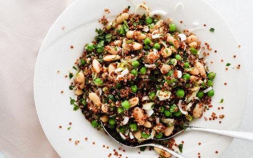 Δροσιστική σαλάτα με κινόα, αρακά και λευκά φασόλια