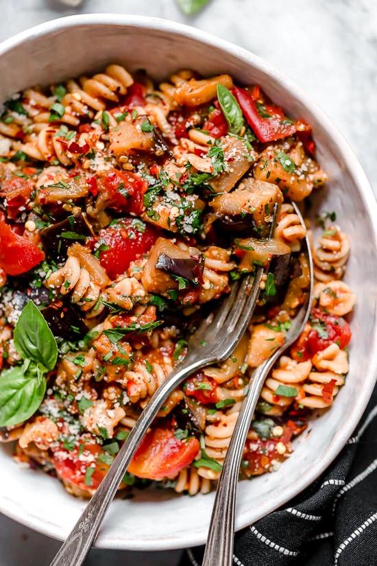 Η βασική συνταγή για σάλτσα με μελιτζάνα και ντομάτα