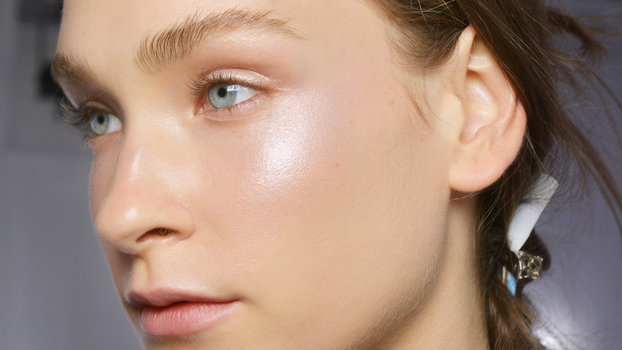 Η Nikki Makeup μας μαθαίνει τον updated τρόπο για highlighting