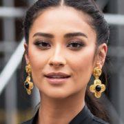 Η Shay Mitchell αποκαλύπτει τα 3 προϊόντα ομορφιάς που θα έπαιρνε μαζί της σε ένα έρημο νησί