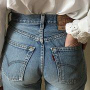 Μια Γαλλίδα influencer πιστεύει πως αυτό το τζιν κάνει τους γλουτούς να φαίνονται τέλειοι