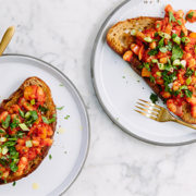 Μπρουσκέτες με σάλτσα ντομάτας και φασόλια