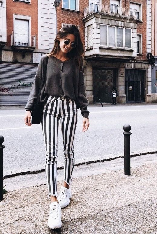 Οι τρόποι να αναβαθμίσεις το κλασικό τζιν + top outfit