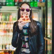 Οι 5 cool girl συνήθειες που σου στοιχίζουν