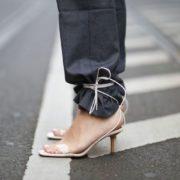Οι street stylers περνούν τα παντελόνια τους μέσα από τα λουράκια των παπουτσιών τους