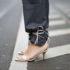 Οι street stylers δένουν τα παντελόνια τους με τα λουράκια των παπουτσιών τους