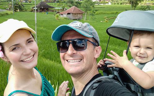 Ο Κώστας και η Αλιόνα ταξιδεύουν ασταμάτητα για να βγαίνουν από τον μικρόκοσμό τους και να γίνονται καλύτεροι άνθρωποι