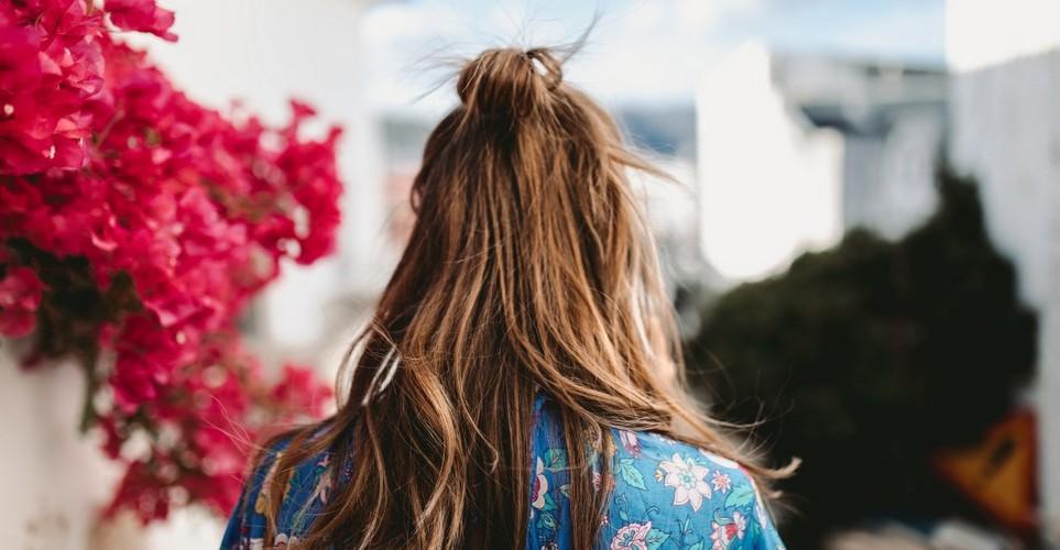 Ο σωστός τρόπος να χρησιμοποιήσεις το dry shampoo σύμφωνα με την ειδικό