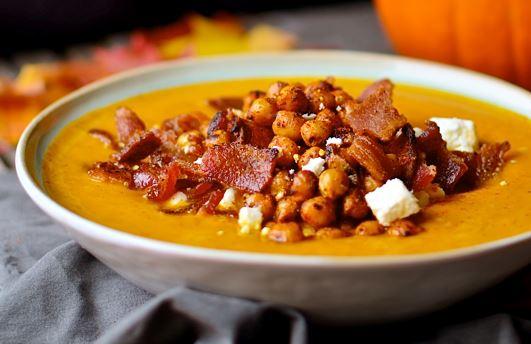 Πικάντικη σούπα κολοκύθας με μπέικον και ρεβίθια
