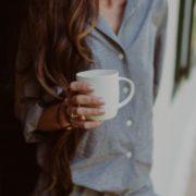 Το τσάι δεν εξυπηρετεί όμως μόνο στο να μας κρατάει ζεστούς, συμβάλλει και σημαντικά στη σωματική και πνευματική υγεία. Δεν είναι τυχαίο ότι είναι το είναι το νούμερο ένα ρόφημα σε κατανάλωση στον κόσμο μετά το νερό.