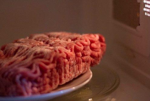 Ποιος είναι ο ασφαλέστερος τρόπος να ξεπαγώσεις τα κατεψυγμένα τρόφιμα