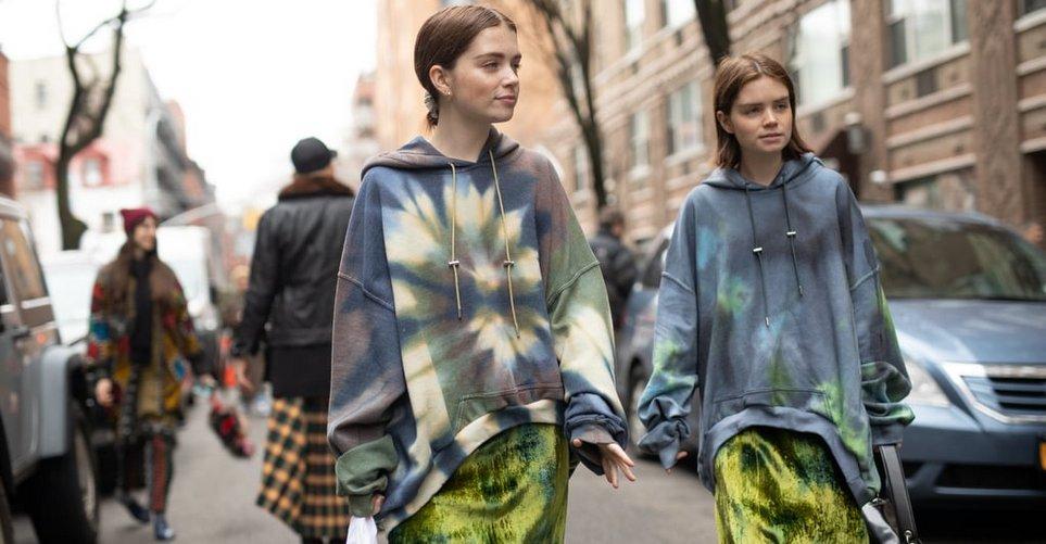 Πώς να αγκαλιάσεις το tie-dye trend χωρίς να μοιάζεις σαν να έχεις μείνει στο 1999