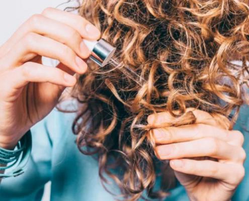 Πώς να διαχειριστείς τα φριζαρισμένα σου μαλλιά; Οι experts απαντούν