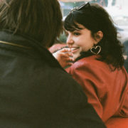 Πώς να φλερτάρεις σωστά όταν το τελευταίο πράγμα που θέλεις να κάνεις είναι να φλερτάρεις