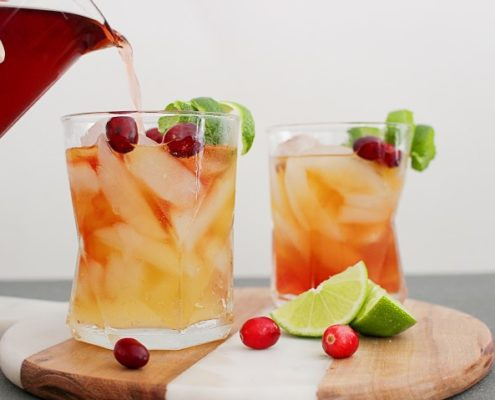 Πώς να φτιάξεις ginger cranberry whiskey cocktail