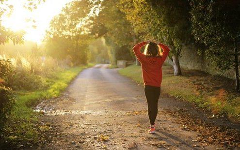 Πώς το περπάτημα το πρωί μπορεί να αλλάξει όλη τη διάθεσή σου