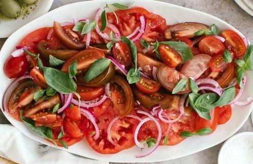 Σαλάτα με ντομάτες και κρεμμύδι, μπαλσάμικο και βασιλικό