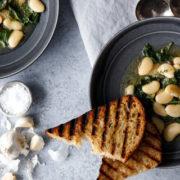 Σούπα με λευκά φασόλα, kale και φρυγανισμένο σκορδόψωμο