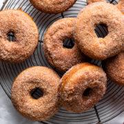 Σπιτικά donuts μήλου με ζάχαρη και κανέλα