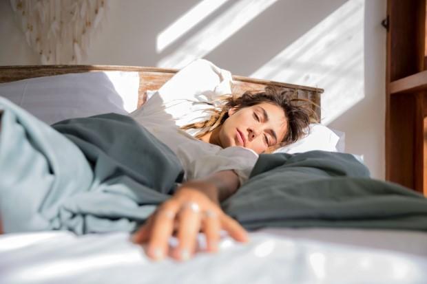 Συνήθειες που πρέπει να υιοθετήσεις για ξεκούραστο ύπνο και εύκολο πρωινό ξύπνημα