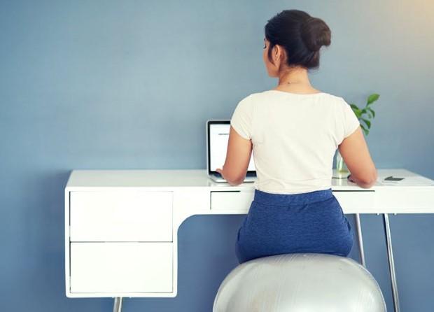 Τα 5 πράγματα που πρέπει να έχεις στο γραφείο σου τα απογεύματα που νιώθεις πως δε μπορείς να αντιμετωπίσεις τη νύστα