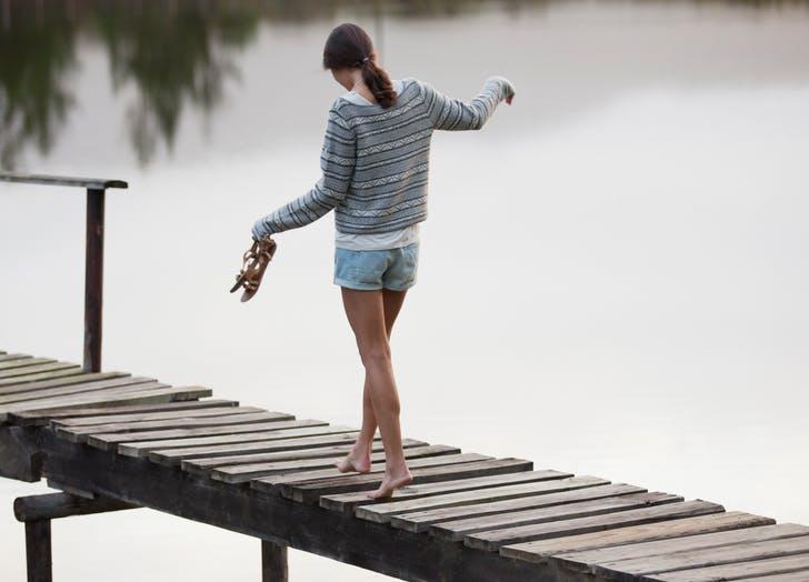 Τελικά είναι κακό για τα πόδια σου το να περπατάς ξυπόλητη;