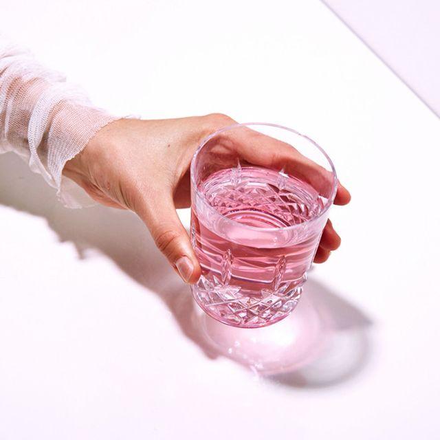 Τελικά, το να πίνεις νερό όντως ενυδατώνει την επιδερμίδα σου;