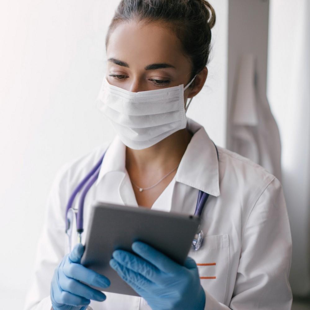 """Τι είναι το """"white coat syndrome"""" και πώς να μη φοβάσαι πια τις επισκέψεις στον γιατρό"""