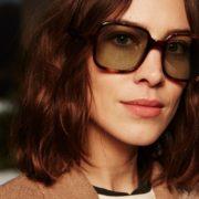 Τι να περιμένουμε από την πρώτη συλλογή με γυαλιά ηλίου της Alexa Chung