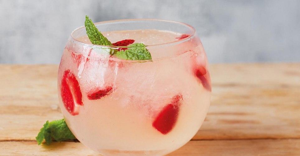 Το να φτιάξεις το δικό σου ροζ gin είναι πιο εύκολο απ'ό,τι πιστεύεις