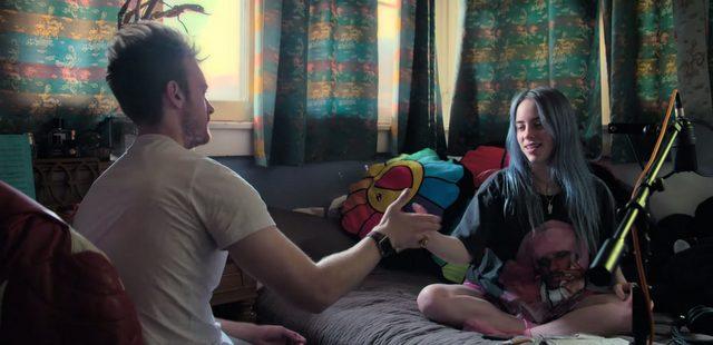Το ντοκιμαντέρ για τη Billie Eilish γίνεται η αφορμή για μία μεγαλύτερη συζήτηση γύρω από τη διασημότητα