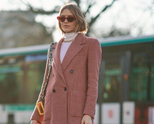 Το οικονομικό κοστούμι με φούστα που επιλέγουν όλα τα fashion κορίτσια αυτή στιγμή