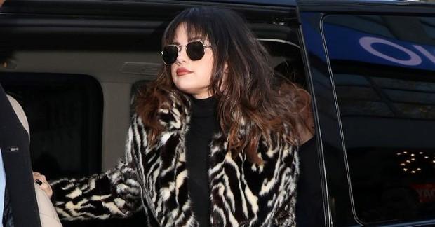 Το παλτό από τα Mango που ανέδειξε η Selena Gomez θα θέλεις να το αγοράσεις και εσύ