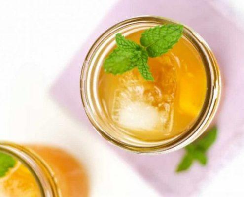 Το Ginger Peach Bourbon Smash είναι το ιδανικό ποτό για τη μετάβαση στην Άνοιξη