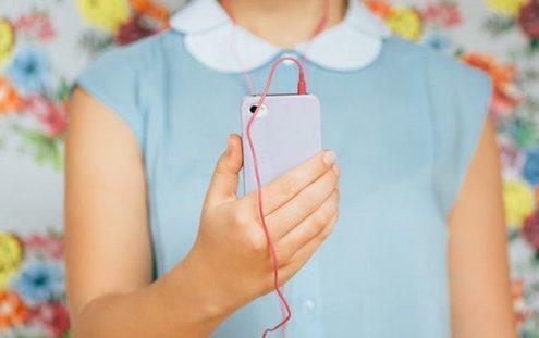 Το trick που χρειάζεσαι για να μην μπλέκονται τα ακουστικά στο εσωτερικό της τσάντας σου