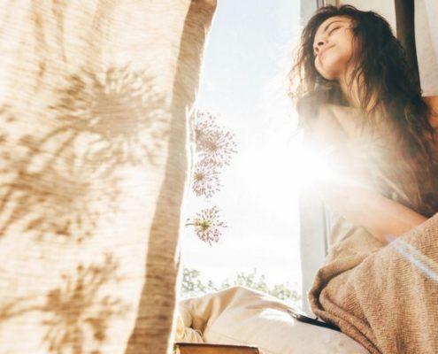 Υπάρχει τρόπος να σκέφτεσαι θετικά ακόμη κι αν η υπερβολική αισιοδοξία σε έχει κουράσει