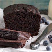 Φτιάξε δύο κέικ σοκολάτας για να πάρεις το ένα στο γραφείο για κέρασμα.