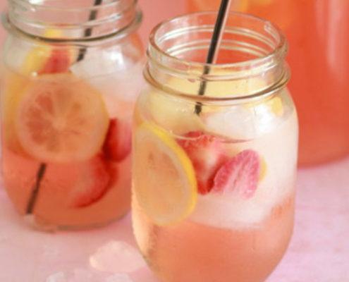 Φτιάξε λευκή sangria με φράουλες και λεμόνι