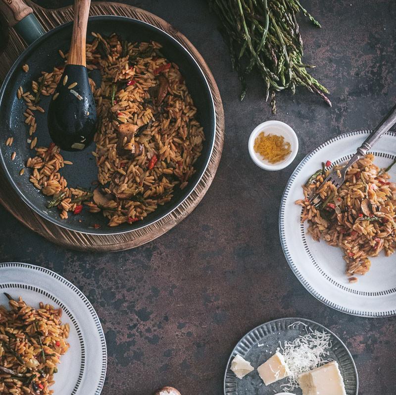 Κριθαράκι με σπαράγγια, μανιτάρια και καραμελωμένο κρεμμύδι
