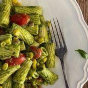 Πένες με κρεμώδη σάλτσα από αβοκάντο, κρεμμύδι και ντοματίνια