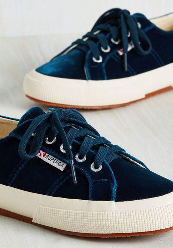 Πώς να φορέσεις τα velvet sneakers